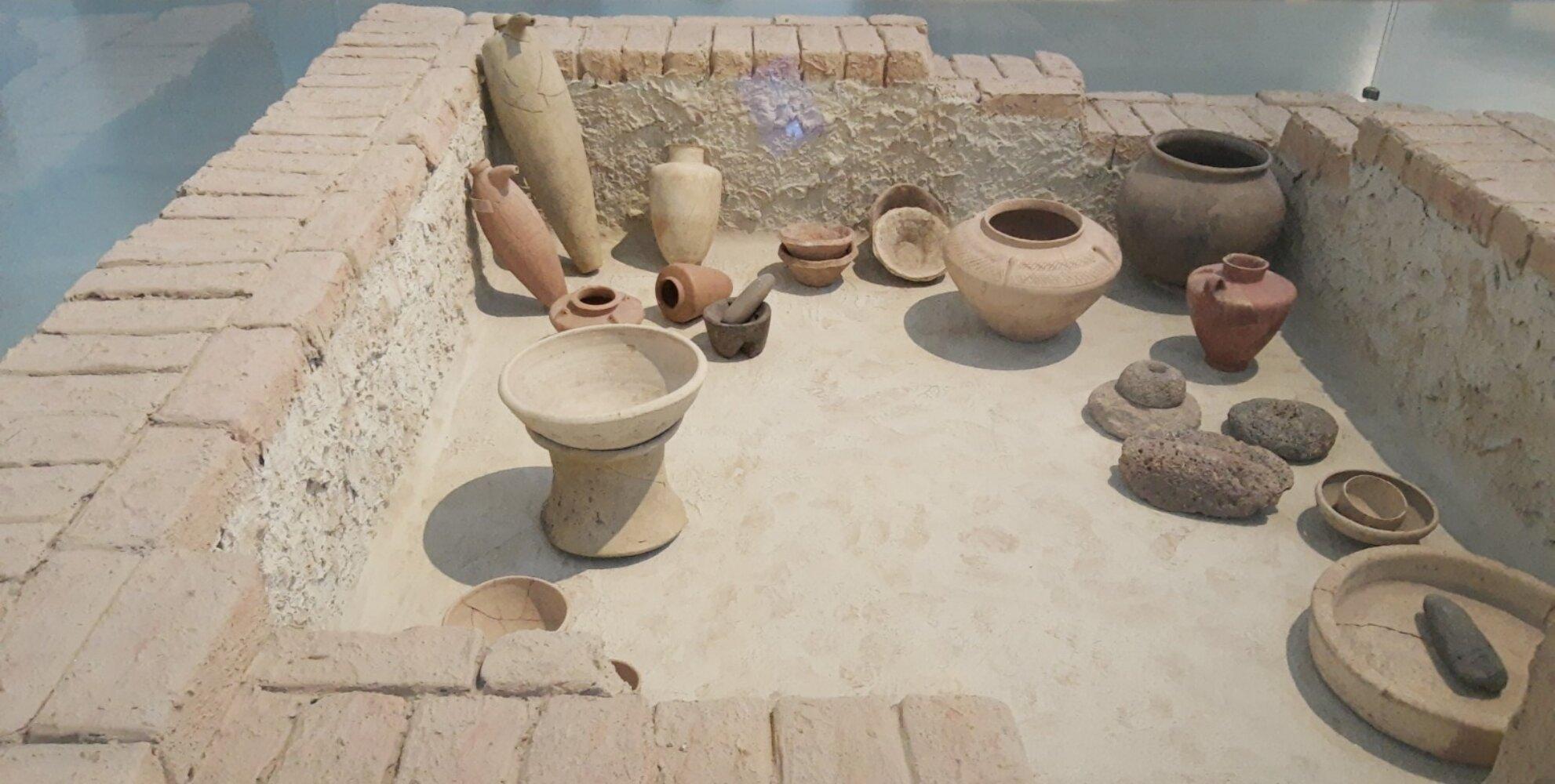 Foto zeigt Haushaltsausstattung vor 5000 Jahren Ein Einblick in das Alltagsleben der Bewohner. Zusehen sind verschiedene Gegenstände zur Nahrungszubereitung: Reibstein, Mörser und Stöße aus Stein  finden sich variantenreiche Keramikgefäße.
