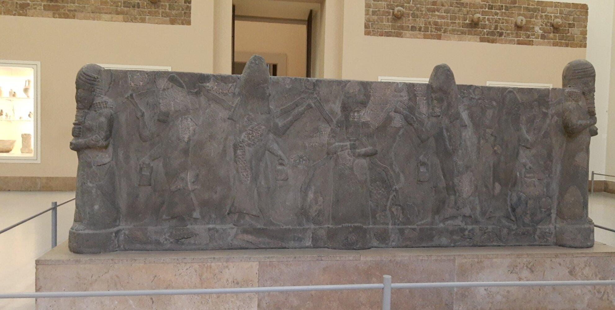 Wasserbecken: Aus Basalt Rekonstruktion Assur Irak 7 Jahundert v. Chr. Fundteilung 1914. Das bereits im Altertum zerstörte Wasserbocken wurde von Walter Andrae rekonstruiert Abbgebildet sind Wassergötter mit übersprudelnden Gefäßen.