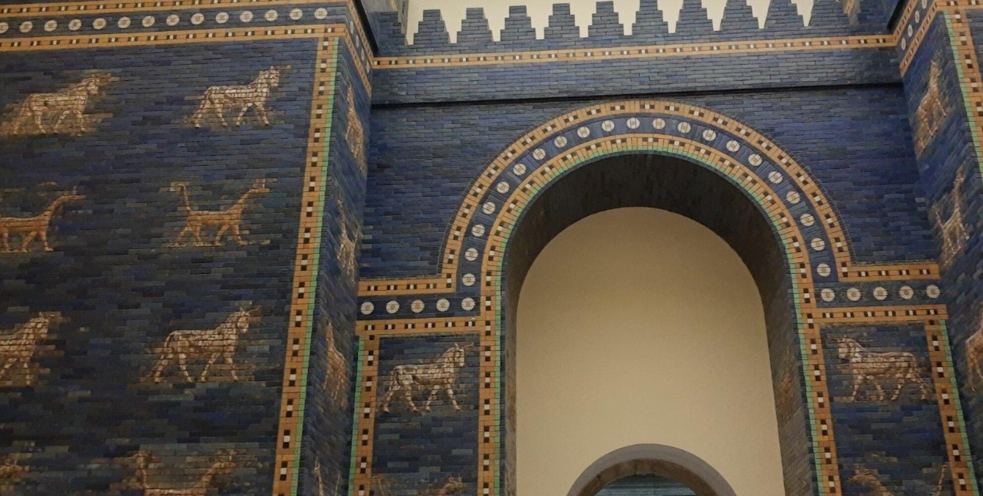 Prozessionsstraße von Babylon (Rekonstruktion errichtet zur Zeit Nebukadnezars II 604-562 v Chr. Farbige Glasurziegel. Die Prozessionsstraße von Babylon diente nicht nur als Zugang zur Stadt Babylon, sondern auch  als kultischer Weg und endete an der Euphratbrücke. Die farbigen Löwenreliefs sind der Göttin Ischtar geweiht.