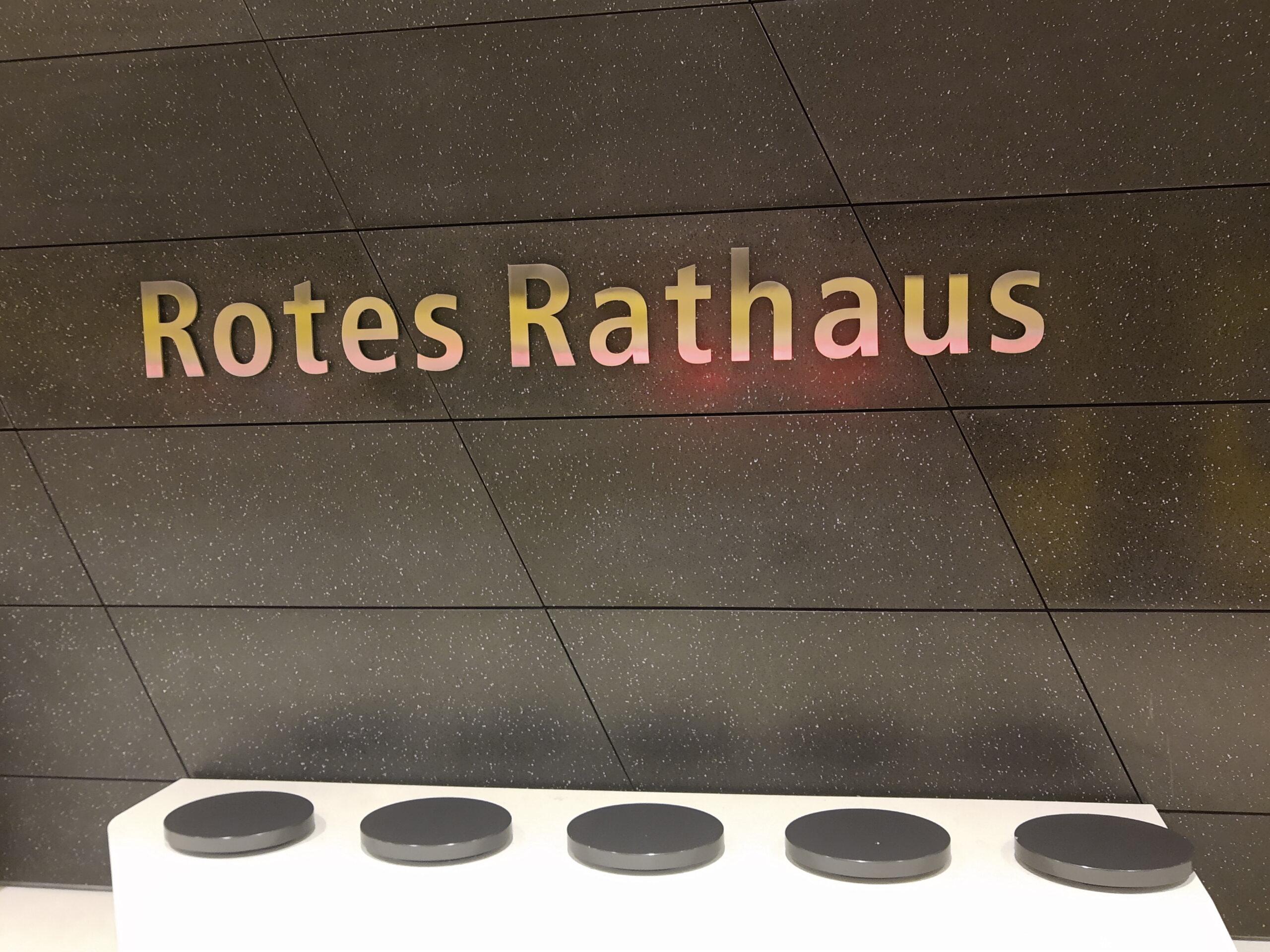 Rotes Rathaus Schrifttafel