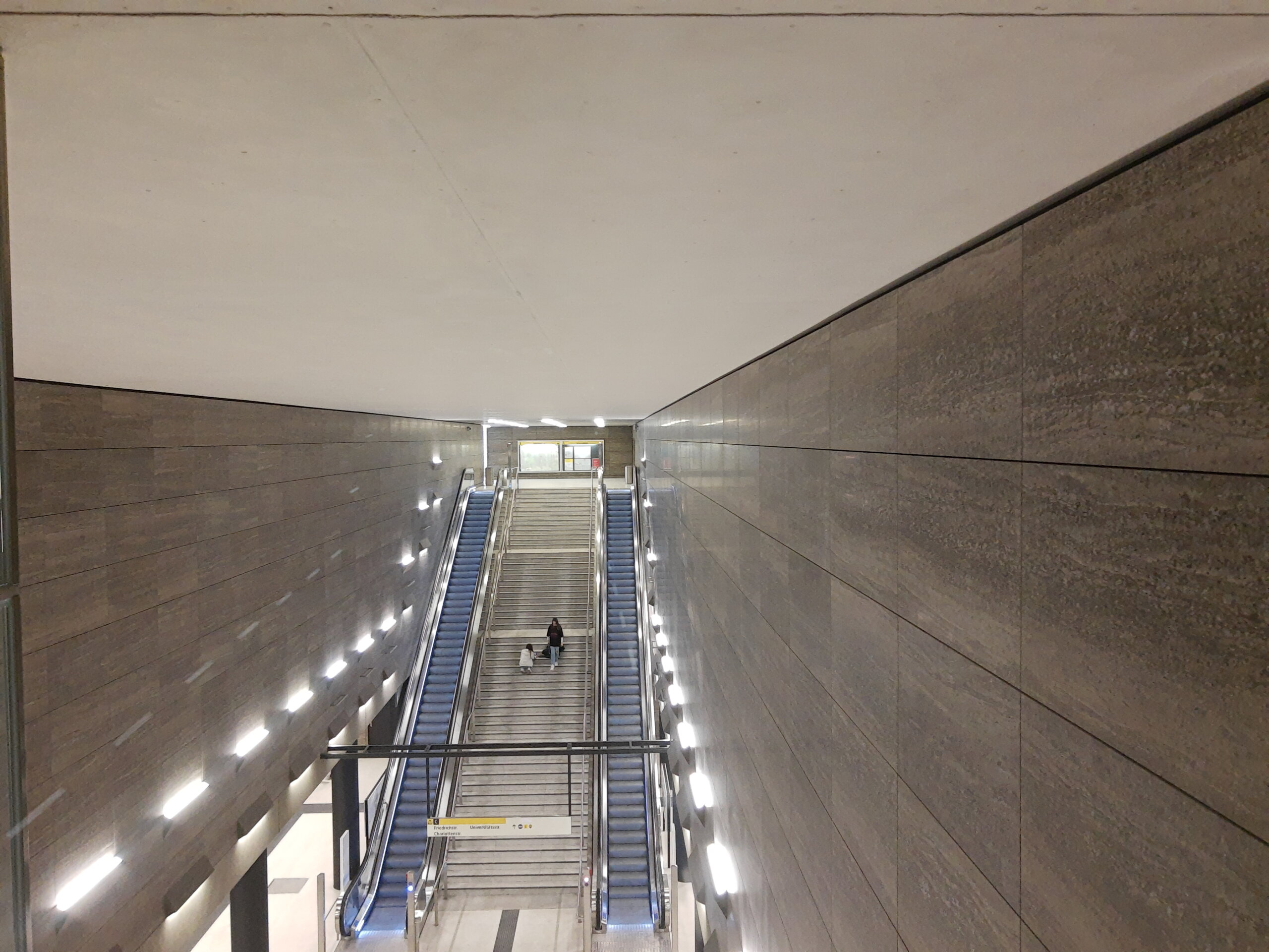 Unter den Linden, Natursteinplatten rechts und links sowie der Rolltreppe